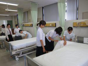 在校生の指導でベッドメイク体験をしました。
